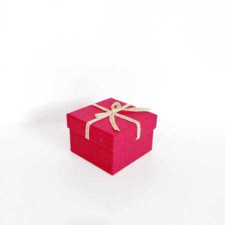 fiyonklu kare hediye kutusu