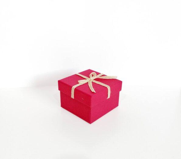 fiyonklu-kare-hediye-kutusu-151f7d-tassepeti