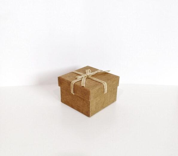 fiyonklu-kare-hediye-kutusu-c-492f-tassepeti