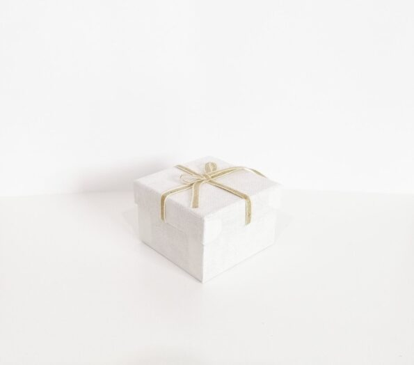 fiyonklu-kare-hediye-kutusu-caf15a-tassepeti